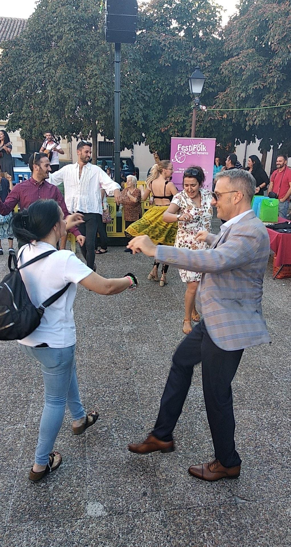 El presidente de la FAECAM bailando con los asistentes en el II Festifolk del Henares